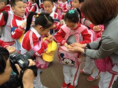北京草桥小学:教育小学孕难开展融情体验(组公示栏母亲图片