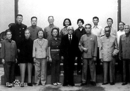 罗青长(后左2)陪同周恩来会见缪云台等人。(中红网红色图库)