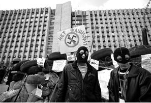 4月15日,在乌克兰顿涅茨克,戴面具的示威者站在街垒边 新华社发