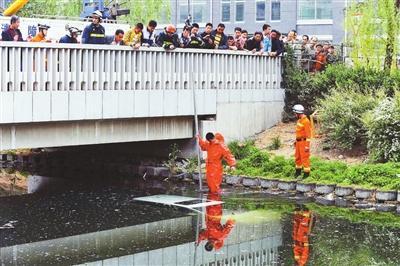 老太开车坠河被救出 桥车整车被淹没(图)