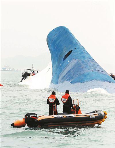 """4月16日,韩国海岸警卫队进行救援,""""岁月""""号已倾覆露出船底"""
