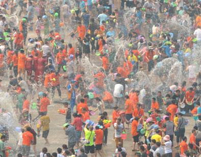 数万名群众和游客共聚泼水广场