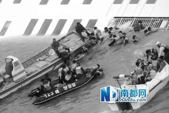 落水乘客被过往商业船只和渔船营救出水。