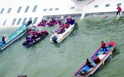 当地时间4月16日,韩国一艘载有462人的客轮在韩国西南海域沉没,在接到这艘客轮的求救信号后,海警向事发海域紧急派遣警备艇和直升机,展开救援工作。 IC图