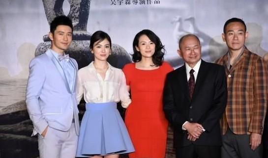 吴宇森(右三)与演员现身。