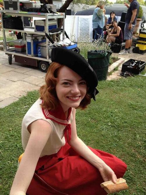 艾玛・斯通红色水手装片场照。