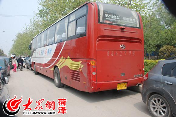大巴车被堵在非机动车道上