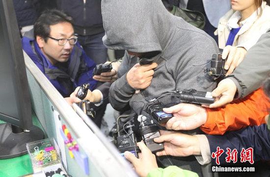 """当地时间2014年4月17日,韩国木浦,沉没客轮""""岁月号""""的船长李俊硕在木浦警察署被传唤接受调查。东方IC 版权作品 请勿转载"""