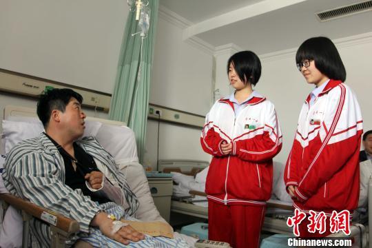 图为学生到医院看望王冰。 毕云飞 摄