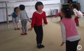 第一学期,李晓萌在幼儿班学习舞蹈