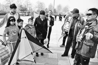 宋建军在为小记者讲解特技风筝的操作技巧。记者 王震 摄