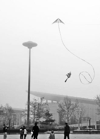 特技风筝在空中做出各种盘旋动作。记者 王震 摄