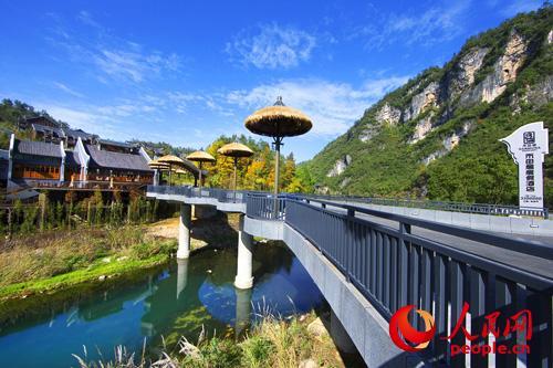 禾田居度假酒店置于青山绿水之中