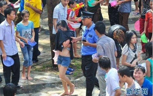 云南泼水节组图猥亵女孩被抓男子遭摸胸(宝宝猴女生什么羊男妇女图片