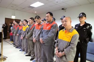 李文全(右二)、王保松(右一)等人受审。京华时报记者蒲东峰摄