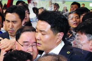 韩国总理郑烘原遭到乘客家属扔矿泉水瓶 IC供图