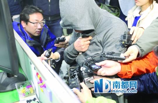 """17日,韩国沉没客轮""""岁月""""号船长李俊锡(音译)遮脸在木浦海警署接受传唤调查。"""