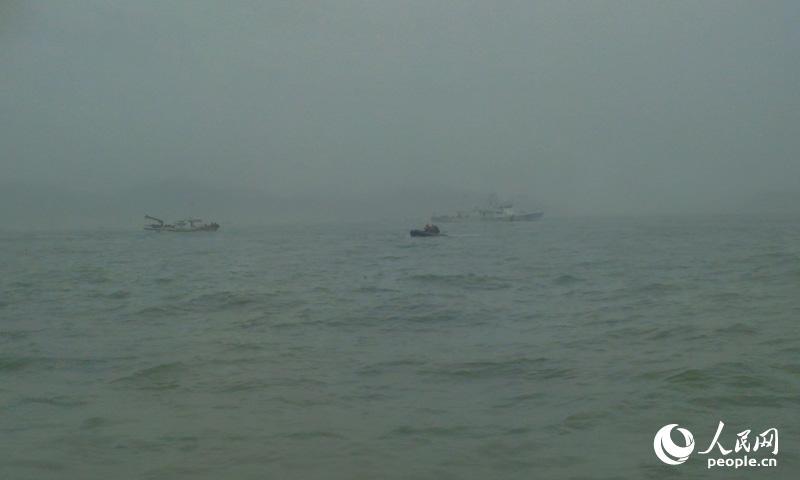 失踪者家属乘船前往沉船地点,焦急等待搜救结果。