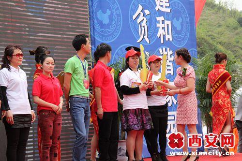 慈善协会副会长李玲珑为爱心人士颁奖
