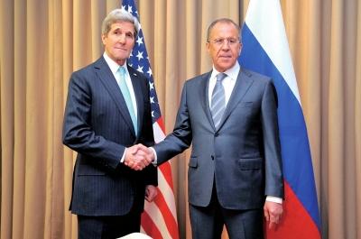 17日,美国国务卿克里(左)与俄罗斯外长拉夫罗夫在会谈前握手。新华社/欧新