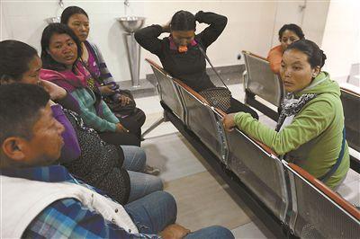4月18日,雪崩幸存者Dawa Tashi Sherpa的妻子(右一)和家人守候在医院 供图/CFP