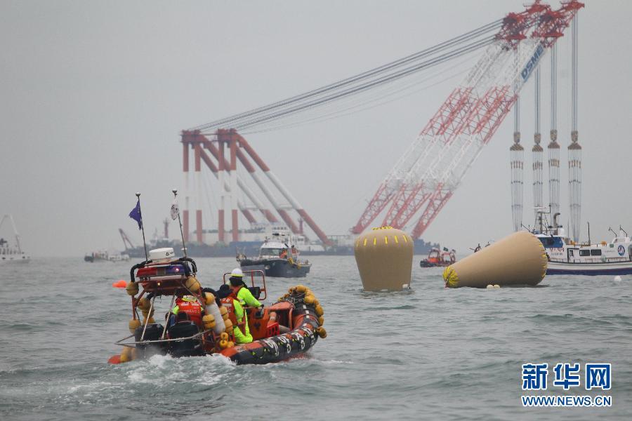 """4月18日,为维持沉没客轮的浮力,韩国军方在事发海域投入数个气囊(空气袋)。 """"岁月""""号客轮16日在韩国全罗南道珍岛郡屏风岛以北海域意外进水并沉没。新华社记者宋成锋摄"""