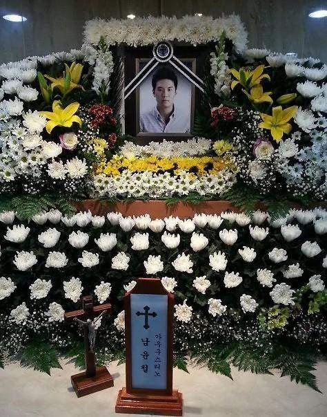 图为18日上午,安山檀园高中男教师南韵哲的葬礼现场。韩联社图片