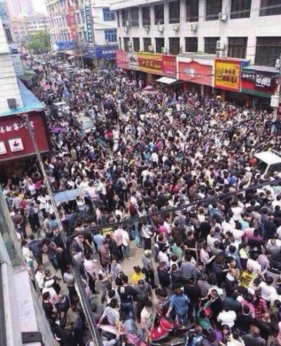 京华时报讯19日,温州市苍南县发生城管人员与一男子冲突事件,该男子受伤无大碍。