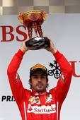 图文:2014赛季F1中国站正赛 阿隆索季军奖杯