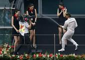 图文:2014赛季F1中国站正赛 小汉欺负赛车宝贝