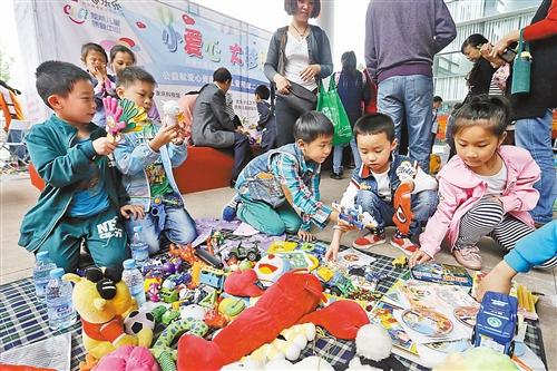"""""""儿童跳蚤市场"""" 募资捐赠山区留守儿童(图)图片"""