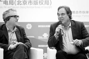 阿方索・卡隆(左)和奥利弗・斯通在北京出席电影论坛。