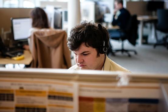 Ciaran Dolan for The Wall Street Journal像达拉・麦克马洪(Dara McMahon)这样的自闭症患者在SAP承担着分发客户问题的工作。