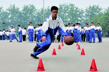 学生在为中考体育做准备.(资料片)本报记者 王鸿哲 摄