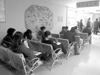 3月5日上午,济南,千佛山医院妇产科来检查的妇女络绎不绝,其中有不少就是准备要二胎的。