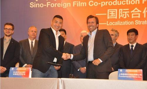 基美影业董事长高敬东与法国欧罗巴CEO克里斯蒂夫-・兰伯特在中外合拍论坛就3D魔幻动作电影《勇士之门》正式签约