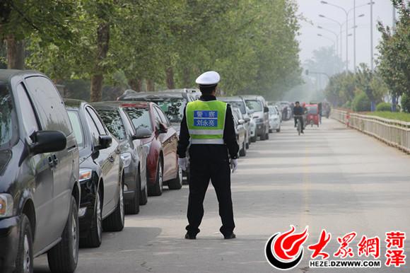 交警在人民路非机动车道上执勤