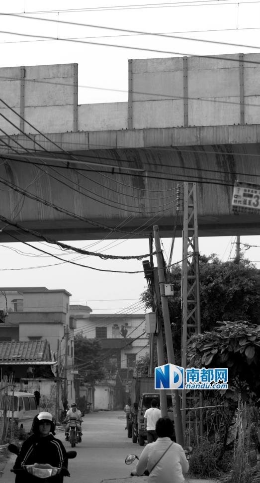 4月2 0日下午,城轨江海站。轨道桥上其中一块隔音板少了一半。南都记者 孙振飞 摄