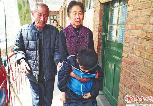 4月21日中午放学时间,行动不便的石连超被姥爷和姥姥接回家。