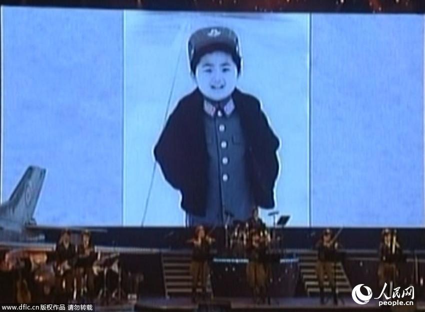 朝鲜首次曝光金正恩幼年时期照片 穿军装敬礼神气十足