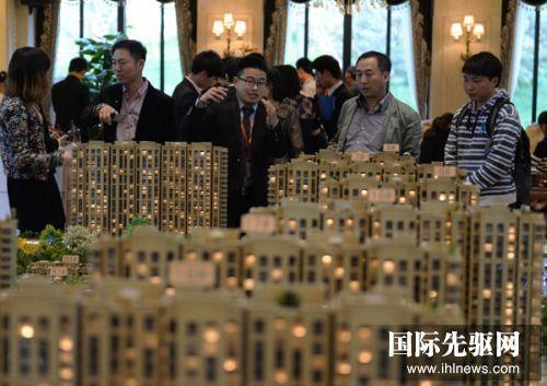 4月12日,购房者在河北涿州市某楼盘销售中心查看住宅沙盘。据房产销售人员介绍,来自北京的顾客占到八成左右。新华社记者 王晓 摄