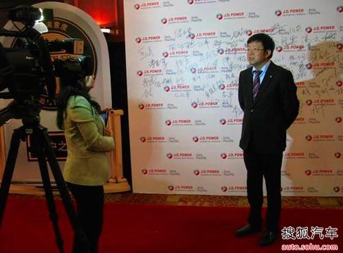 图为东风标致总经理吕海涛先生接受媒体访问