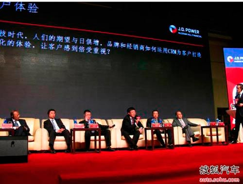 图为东风标致总经理吕海涛先生参加行业对话