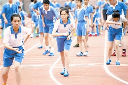"""""""   要加强学生身体素质,最根本的做法是把运动时间还给孩子,而不是将"""