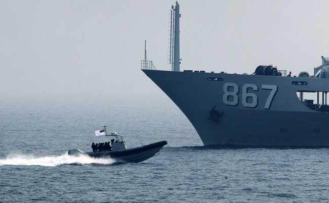 """4月23日,文莱海军""""达鲁伊山""""号巡逻舰派出小艇搭载救援人员快速驶向"""""""