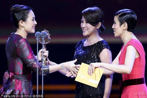 组委会请来徐帆、吴君如、颜丙燕为章子怡颁奖。