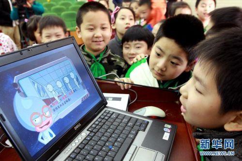 动漫 上海/4月23日,小学生们在观看2D消防宣传动漫剧。...