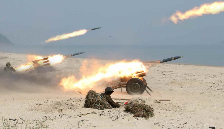 金正恩指导火箭炮部队炮击训练