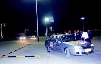 来到济宁圣华驾校夜训场,近200亩的练车场灯火通明,8辆教练车高清图片