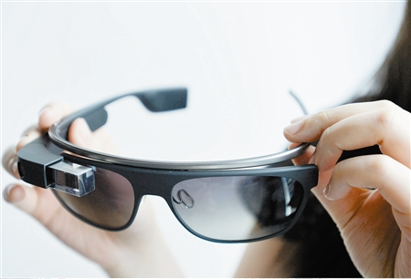 媒体新闻滚动_搜狐资讯    谷歌眼镜是一款智能型可穿戴设备,外形上与